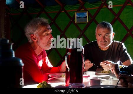 La Mongolie, l'Asie centrale, camp de yourte à Tsenkher, deux hommes en train de dîner dans une yourte Banque D'Images