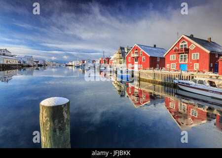 Maisons rouge reflétée dans le canal de Henningsvær, îles Lofoten, Norvège, Europe