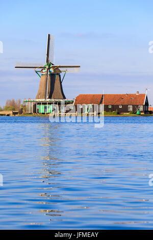 Moulin à vent reflète dans l'eau bleue de la rivière Zaan au printemps Zaanse Schans Les Pays-Bas Hollande du Nord Banque D'Images
