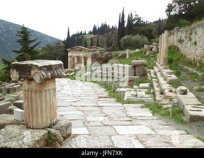 La voie sacrée menant au Trésor des Athéniens au site archéologique de Delphes, Grèce Banque D'Images