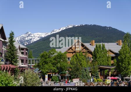 Point de vue de certains des monts enneigés des Rocheuses de Whistler Olympic Plaza Banque D'Images