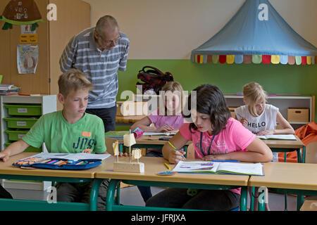 Élèves et professeur à l'école primaire Banque D'Images