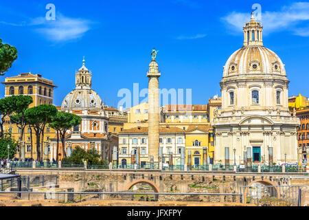 Forum impérial, traian colonne et Santa Maria di Loreto Église à Rome, Italie Banque D'Images