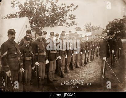 Les soldats de l'Armée de l'Union européenne au cours de l'inspection en ligne