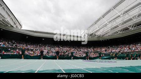 Londres, Royaume-Uni. 3 juillet, 2017. Le personnel au sol retirer la couverture de pluie au centre du tribunal Banque D'Images