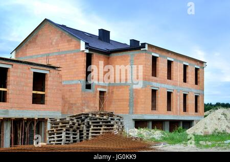 Bâtiment en construction. Construction d'une nouvelle maison en briques. Banque D'Images