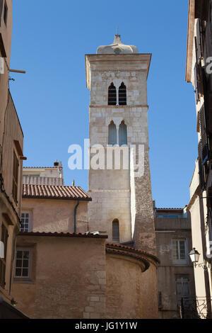 Vue sur le clocher et une partie de l'église Sainte-Marie-Majeure de Bonifacio des rues étroites de la citadelle. Banque D'Images