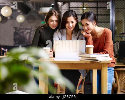 Trois femmes asiatique et caucasienne entrepreneur travaillant dans office à l'aide d'un ordinateur portable. Banque D'Images