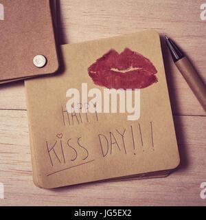 Capture d'un grand angle d'un brown remarque avec le texte heureux jour kiss écrit en C et la marque d'une paire Banque D'Images