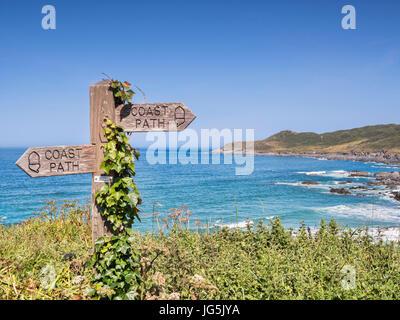 17 Juin 2017: Woolacombe, North Devon, England, UK - couverts de lierre signer sur le South West Coast Path ci Banque D'Images