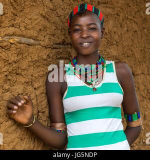 Portrait d'une jeune femme de la tribu Hamer, vallée de l'Omo, Ethiopie, Turmi Banque D'Images