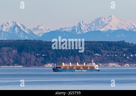 Grumier utilisée pour la connexion passe par le Puget Sound, Washington avec des cascades en arrière-plan. Banque D'Images
