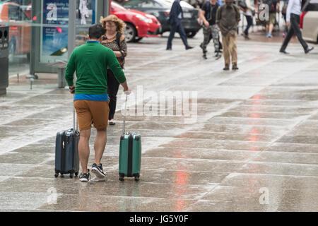 Toronto, Canada - 26 juin 2017: Man with spinner assurance marche dans le centre-ville de Toronto un jour de pluie Banque D'Images