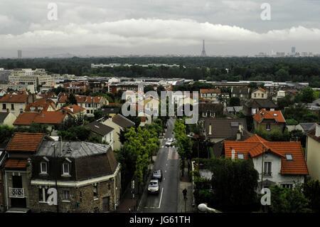 AJAXNETPHOTO. VAL D'OR, FRANCE. - Voir l'HORIZON DE LA VILLE DE PARIS AVEC LA TOUR EIFFEL, VISIBLE À PARTIR DE LA GARE BANLIEUE DE VAL D'OR. PHOTO:JONATHAN EASTLAND/AJAX REF:D121506 2848