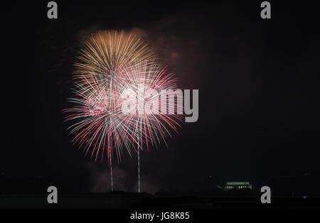 Washington, DC, USA. 4 juillet, 2017. Plus d'artifice exploser le Lincoln Memorial célébrant la Fête de l'indépendance Banque D'Images