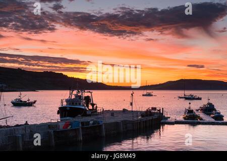 Lyme Regis, dans le Dorset, UK. 5 juillet 2017. Météo britannique. Un spectaculaire lever du soleil sur l'été port Banque D'Images