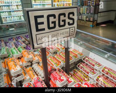 Cartons d'oeufs en vente dans un supermarché de New York le Samedi, Juillet 1, 2017. En raison d'un surplus d'œufs au cours des derniers mois, prix de saison d'œufs sont les plus bas ont été en 10 ans.(© Richard B. Levine)