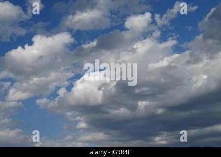 Nuages et ciel bleu Banque D'Images