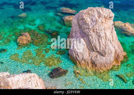 Pour des couleurs de l'eau dans l'île d'Elbe, en Italie. Banque D'Images