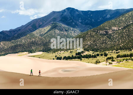 Les visiteurs explorent les Great Sand Dunes National Park & préserver ; San Luis Valley, Colorado ; USA ; 44 246 Banque D'Images
