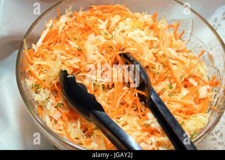 Bol à salade de chou frais Banque D'Images