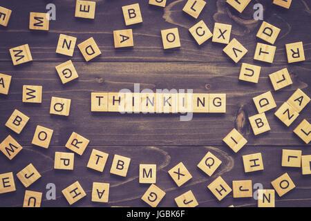 Mot de la pensée d'une cale en bois sur la table de concept d'entreprise. Banque D'Images