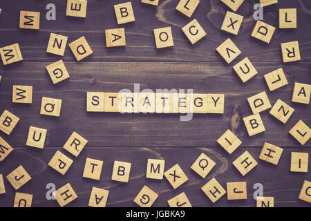 Mot stratégie bloc de bois sur la table de concept d'entreprise. Banque D'Images