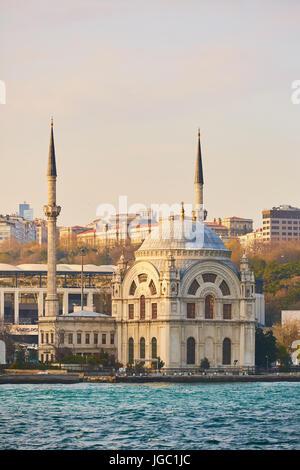 Mosquée de Dolmabahçe sur les rives du Bosphore, Istanbul, Turquie Banque D'Images