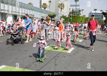 Santa Monica, Californie, USA. 4 juillet, 2017. Les enfants et les familles participent à la 11e édition de Santa Banque D'Images