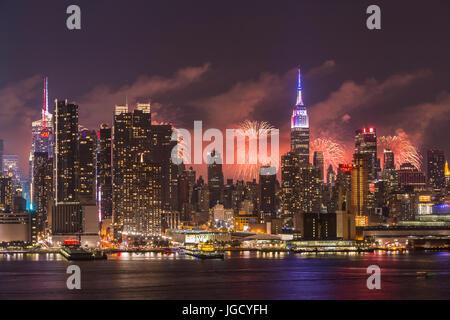 Le Macy's annuel Quatrième de juillet feux d'artifice le ciel derrière l'horizon de Manhattan à New York vu de l'autre Banque D'Images
