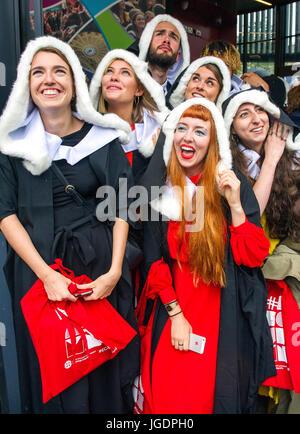 Les étudiants de l'Université d'Édimbourg à l'abri de la pluie après une cérémonie de remise des diplômes dans le hall, McEwan Édimbourg.