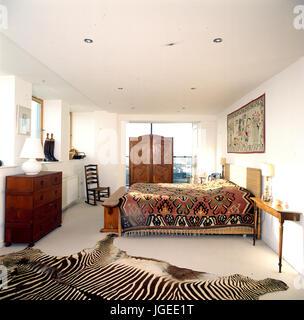 Couverture De Peau De Zebre Dans Chambre A Coucher Moderne Avec Un