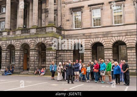 Edinburgh, Scotland, UK - 5 août 2016: un guide touristique et des membres du public de Parliament Square, juste Banque D'Images