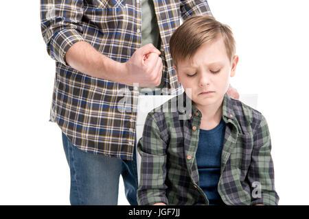 Cropped shot du père menaçant et gesticulant pour petit garçon effrayé, les problèmes de famille concept Banque D'Images