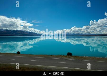 State Highway 8, et l'Aoraki/Mount Cook reflété dans le Lac Pukaki, Mackenzie Country, Canterbury, île du Sud, Nouvelle Banque D'Images