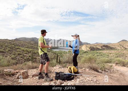 Couple resting lors d'une randonnée dans le désert Banque D'Images