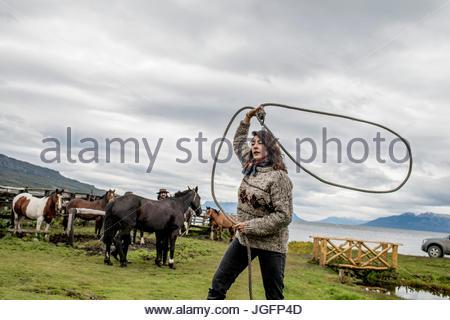 Un bagualeros, cowboy qui capture l'élevage, des pratiques sauvages avec un nouveau lasso. Banque D'Images