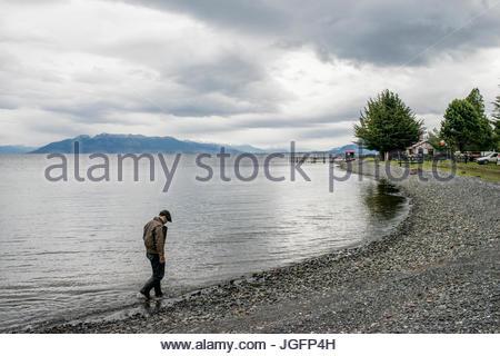 Un bagualero, un cow-boy qui capture l'élevage sauvages, les promenades le long de la plage à son ranch house. Banque D'Images