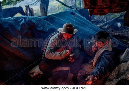 Bagualeros, cow-boys qui, de l'élevage sauvage capture boire thé mate tout en camping. Banque D'Images