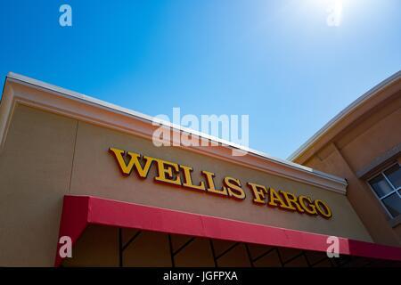 Façade avec l'affichage à la Wells Fargo Bank dans la région de la baie de San Francisco la ville de San Ramon, Banque D'Images