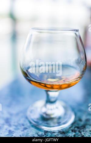 Gros plan macro d'amaretto, rhum, bourbon ou boire dans le verre