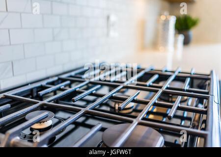 Gros plan macro de toute nouvelle cuisinière à gaz modernes, sur un comptoir de cuisine Banque D'Images
