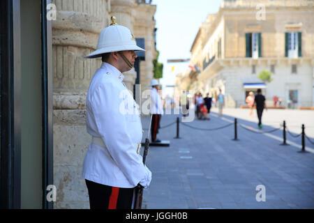 En dehors des gardes le palais des Grands Maîtres, sur la Place du Palais, à La Valette, Malte Banque D'Images