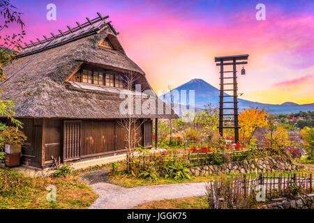 Mt. Fuji, Japon village historique avec Iyashi no Sato en automne Banque D'Images