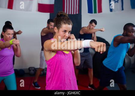 Les jeunes athlètes pratiquant la boxe in fitness studio Banque D'Images