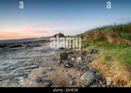Au cours de l'aube sur le château de Bamburgh Northumberland coast Banque D'Images