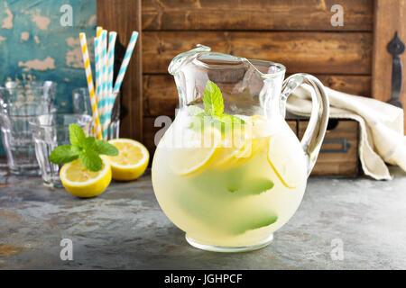Dans un pichet de limonade traditionnelle Banque D'Images