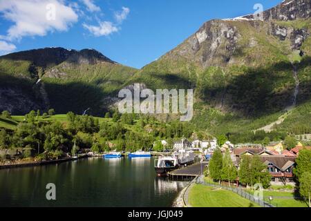 Vue panoramique au village à la fin de l'Aurlandsfjorden sur côte ouest au début de l'été. Flam, Aurland, Norvège, Scandinavie