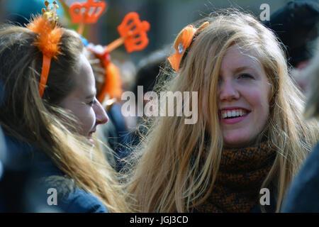 Une fille blonde s'amuser et boire sur Kingsdad ou le jour de la fête du Roi à Groningue, aux Pays-Bas. Banque D'Images