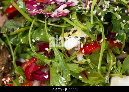 Des herbes fraîches, avec vinaigrette au sésame pour garnir la longe de bœuf grillé. MAcro. Photo peut être utilisé Banque D'Images